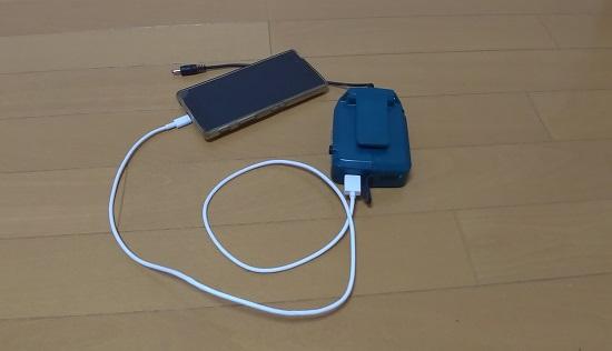 バッテリーホルダーでスマホを充電しているところ