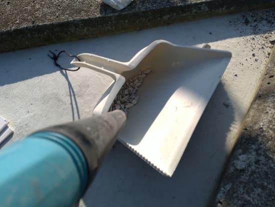 エコカラットの再利用のため砕いた粉を飛ばす