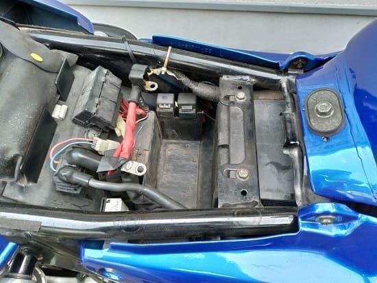 冬季のバイクの保管のために取り外されたバッテリー