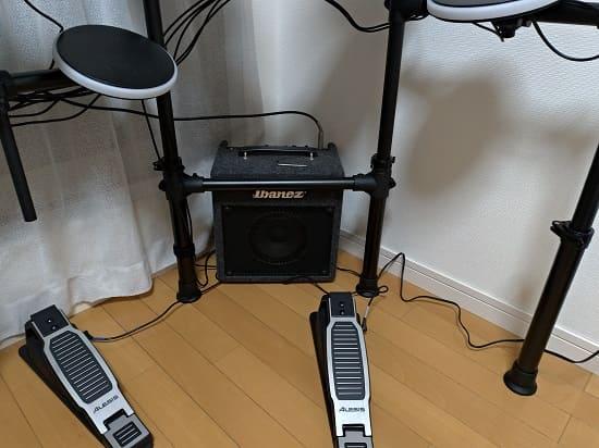 アイバニーズのベースアンプと電子ドラムをつないだところ