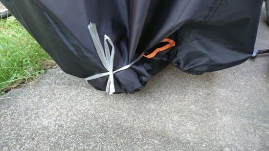 台風前にバイクカバーを縛る