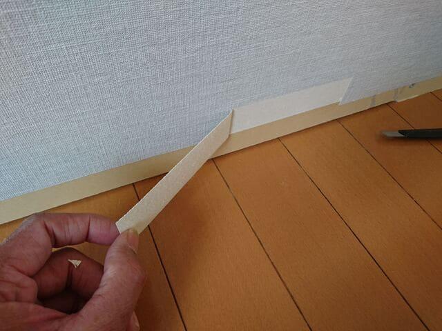 巾木を貼るところのクロスを剥ぐ