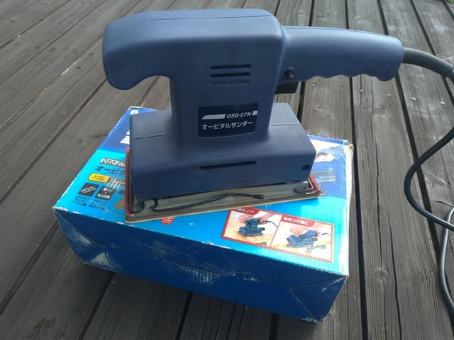 サンドペーパーを掛ける電動工具オービルサンダー