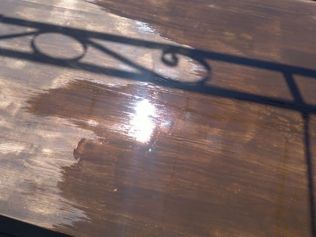 バトンでテーブルを塗装する