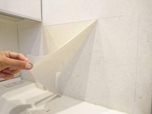 磁石がつく壁にするためにクロスを剥がす