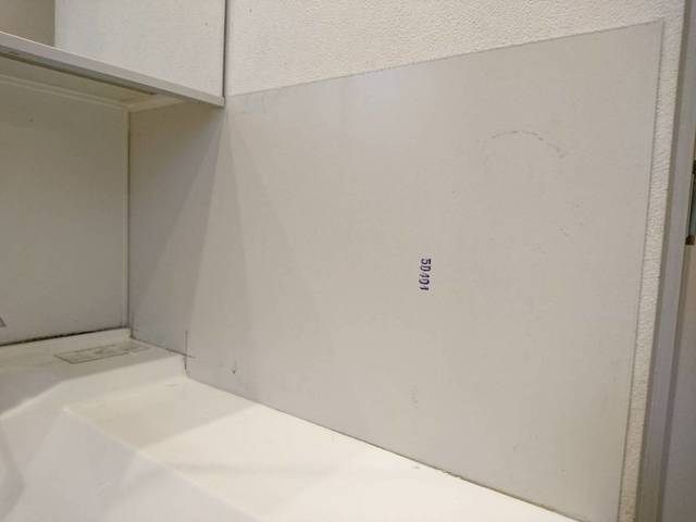 壁に鉄板を貼り付けた