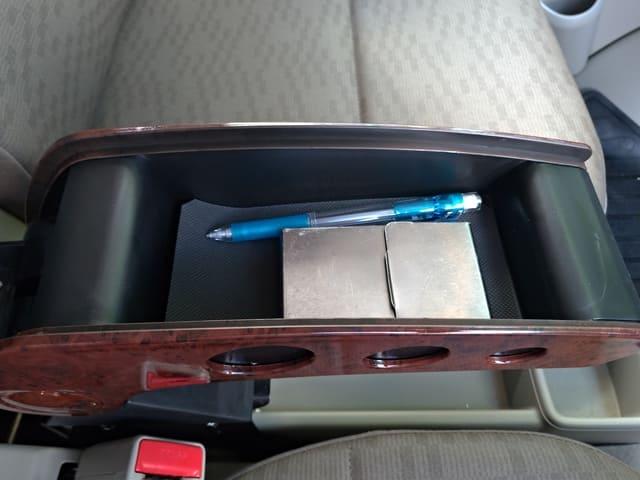 アームレストの中のカード類筆記具