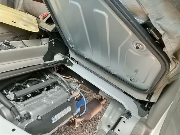 エンジンの真上になる助手席