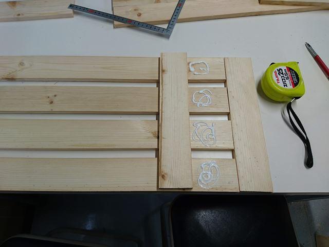 すのこにするために木工用ボンドで固定する