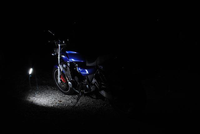 光源が写りこんだ黒抜きしたバイク