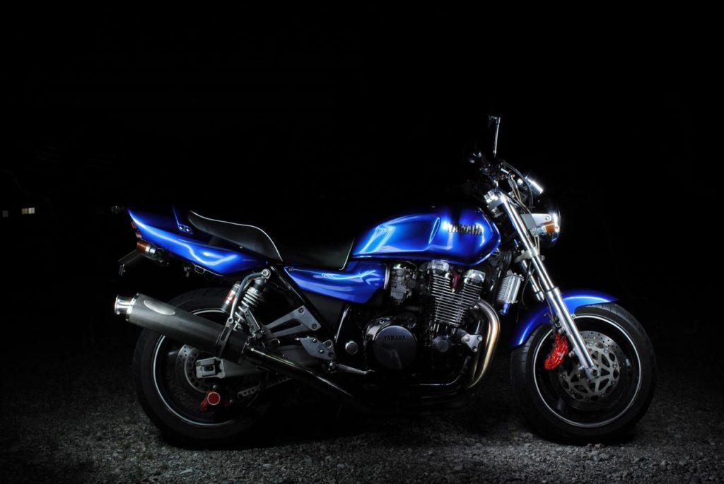 比較明合成して黒抜きしたバイク