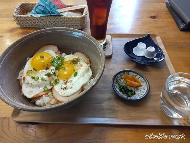まるせきカフェ名物の焼豚たまご飯ランチ