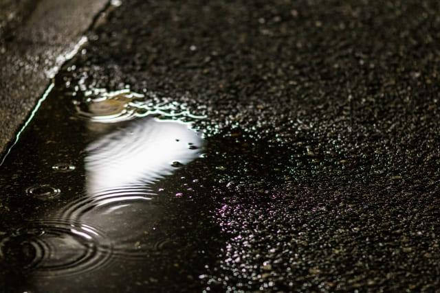 水たまりに広がった雨の波紋