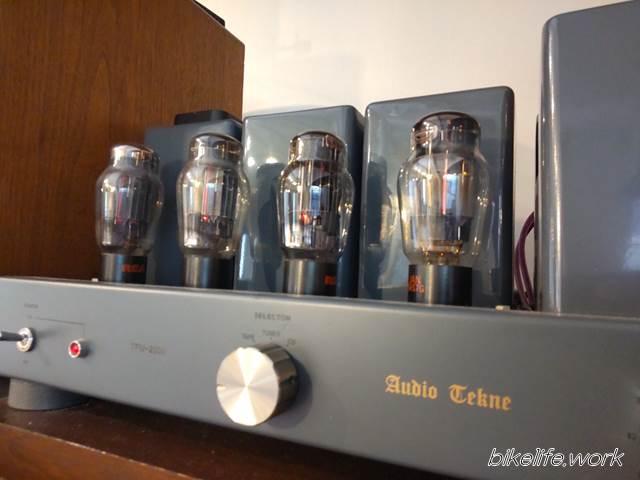 まるせきカフェの店内には真空管アンプを使った音楽が流れる