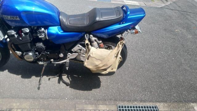 カメラバッグをサイドバッグのようにしてバイクに取り付ける
