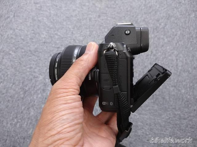ミラーレスZ5のハイアングル用チルト機構で両手を上げた高さでも画面が確認できる