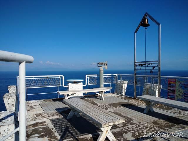 鶴御崎灯台の展望台から最東端の記念碑まではもう少し歩く
