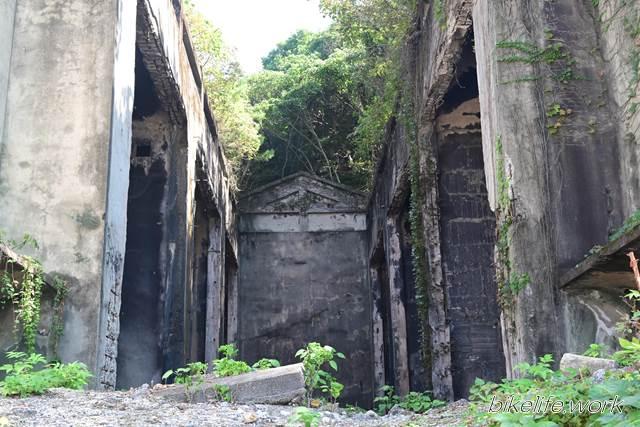 廃墟と化した日本軍の長浦毒ガス貯蔵庫跡